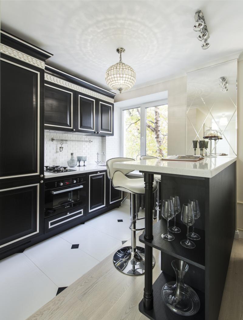 Кремовые акценты в черно-белой кухне