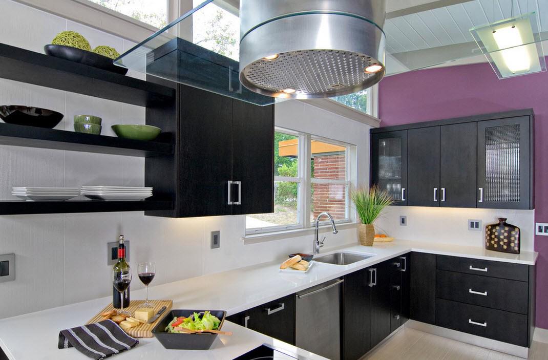 Доминирующий белый в кухне с фиолетовой стеной