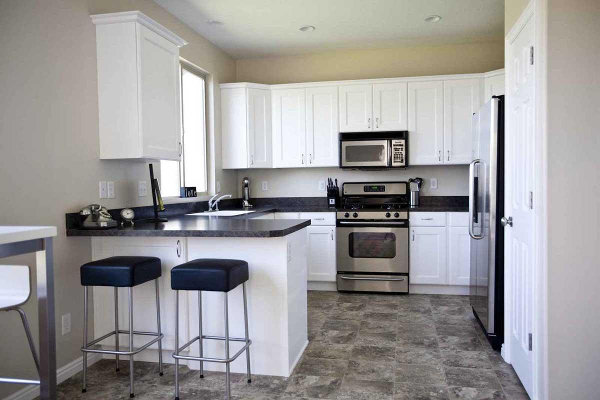 Черно-белая кухня с полуостровом