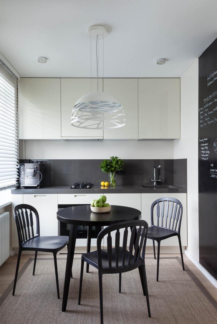 Маленькая уютная черно-белая кухня