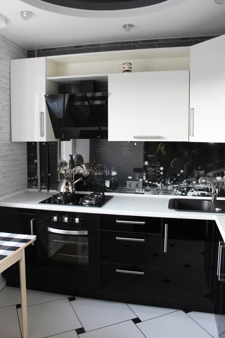 Черно-белая маленькая кухня