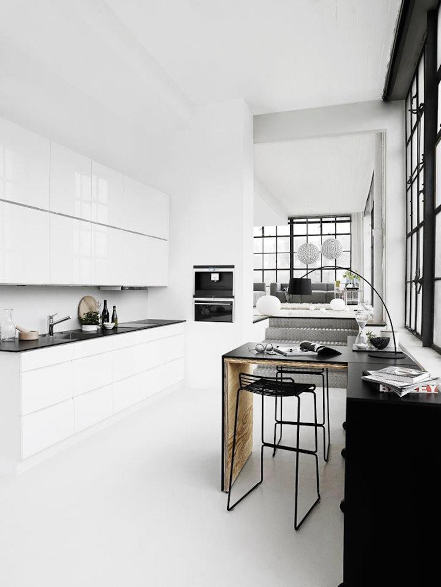 Обилие белого цвета в минималистичной кухне