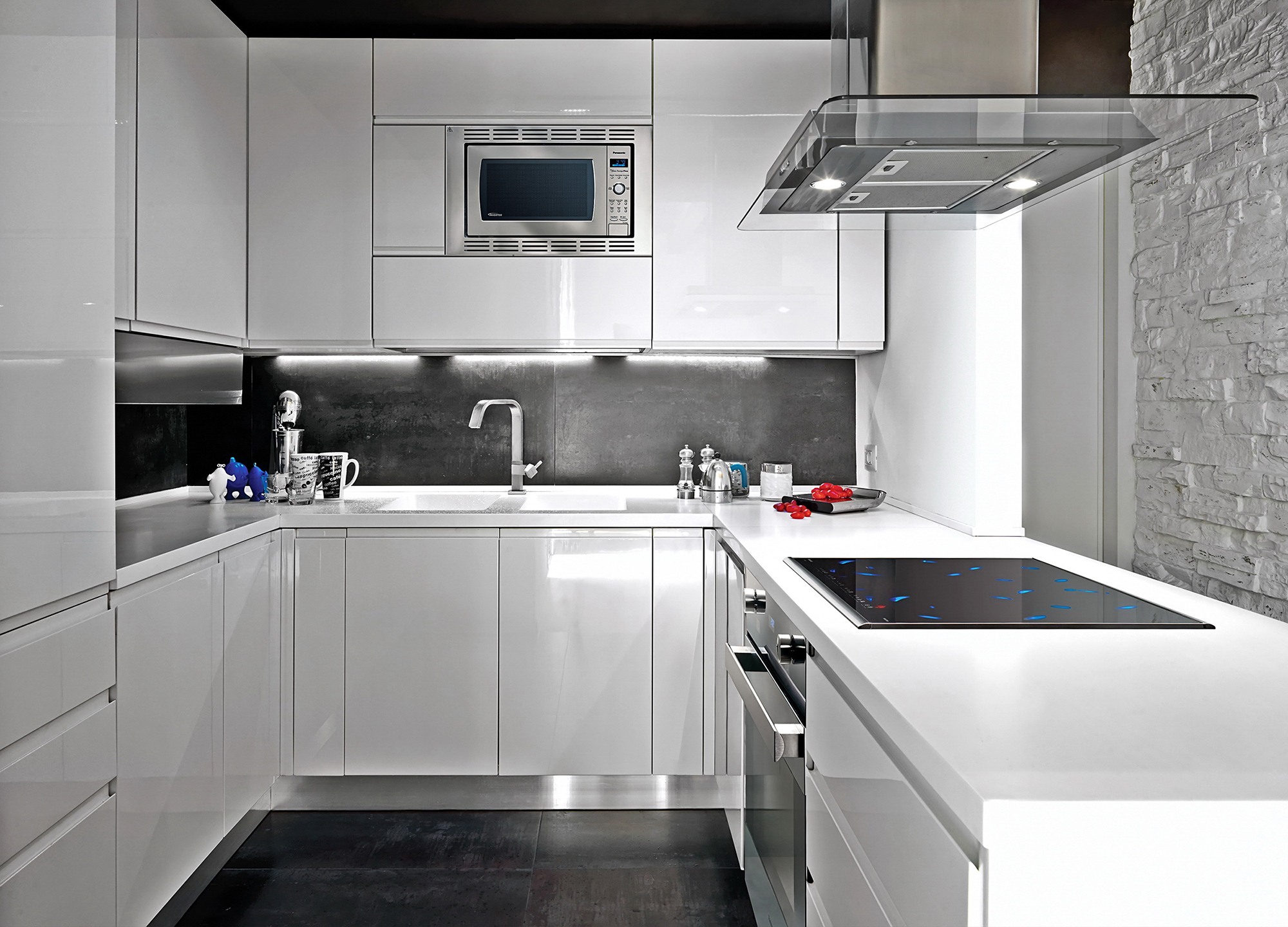Белый гарнитур и стена на кухне