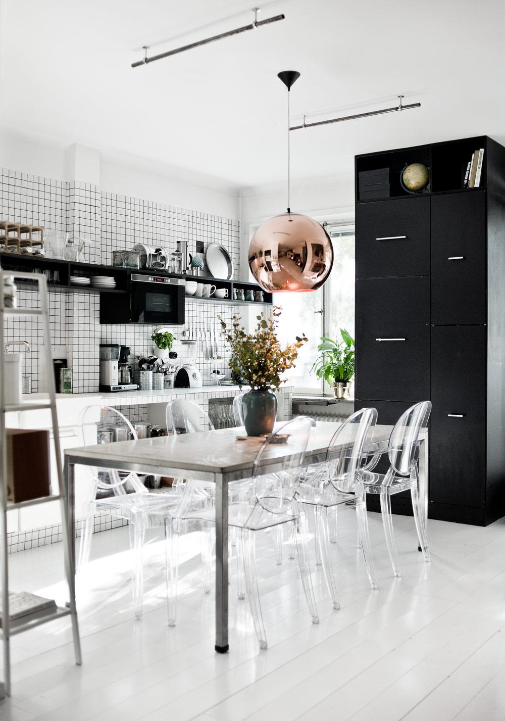 Серебристые и медные элементы в черно-белой кухне