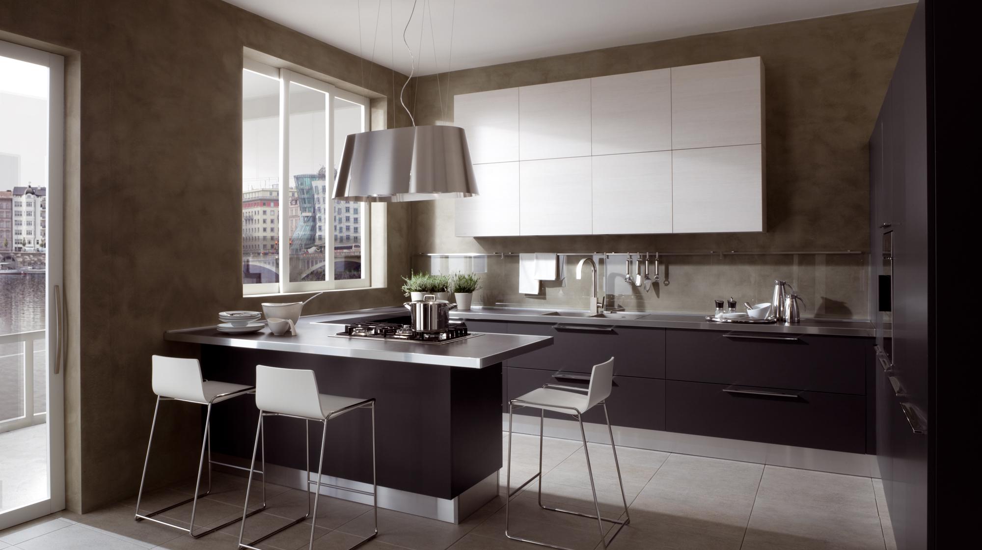 Черно-белая кухня с коричневыми стенами