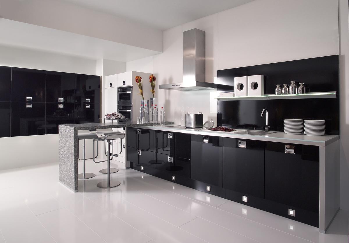 Черно-белая кухня с серыми элементами