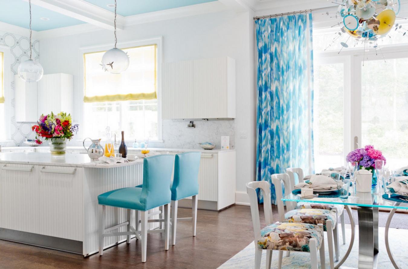 Голубые и желтые акценты в белой кухне