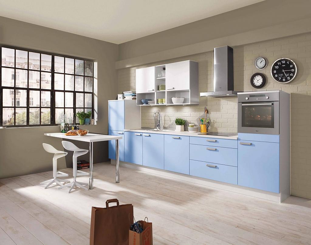 Просторная серо-голубая кухня