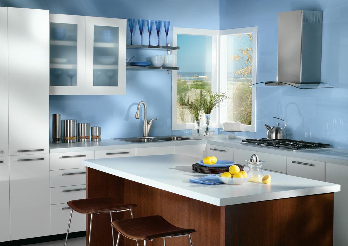 Голубой, белый и коричневый цвета в интерьере кухни