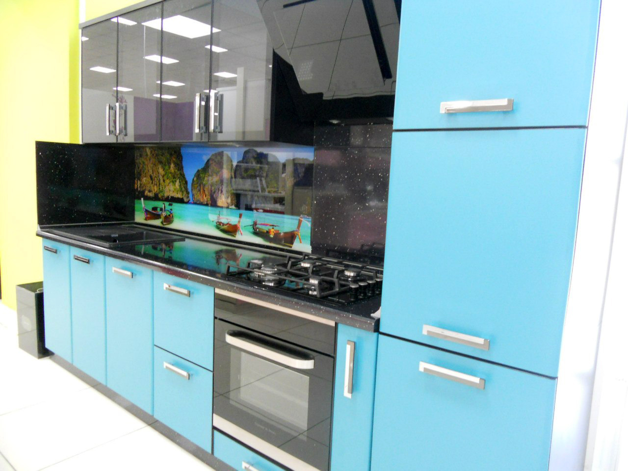 Черно-голубая кухня