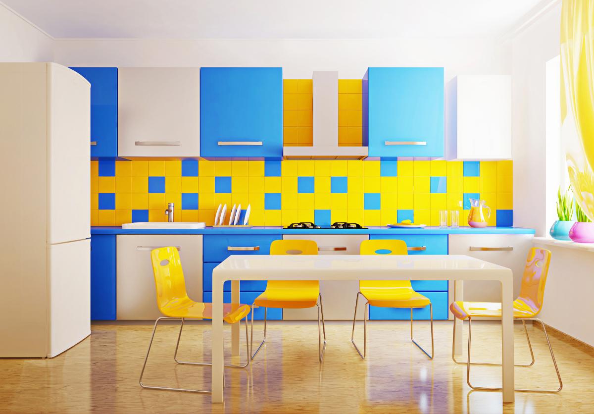 Желтый, голубой и белый цвета в интерьере кухни