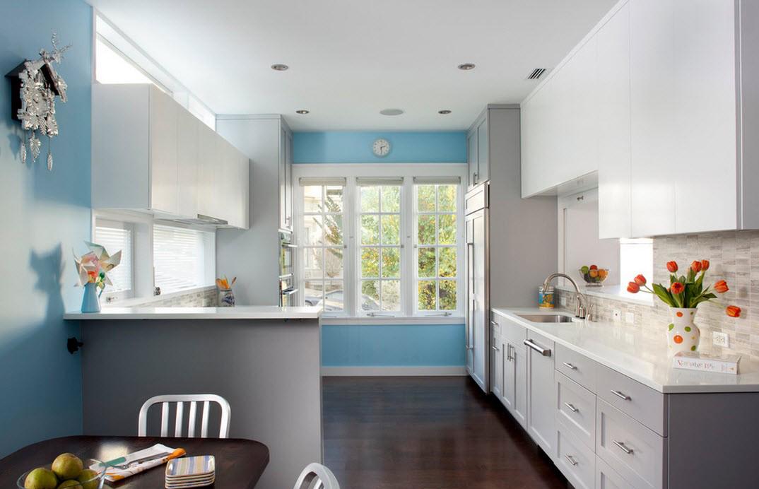 Бело-голубая просторная кухня