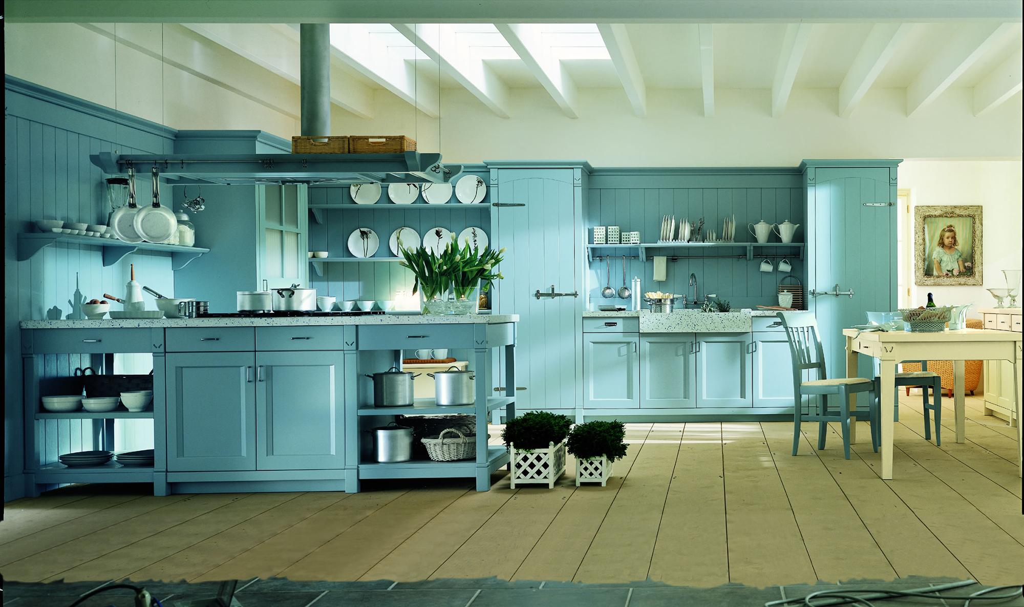 Бело-голубая большая кухня с островом