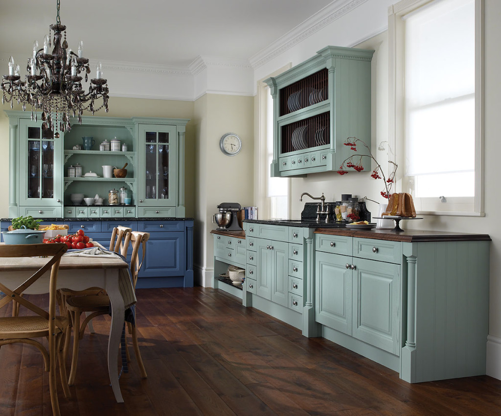 Бежевый, голубой, белый и коричневый цвета в интерьере кухни