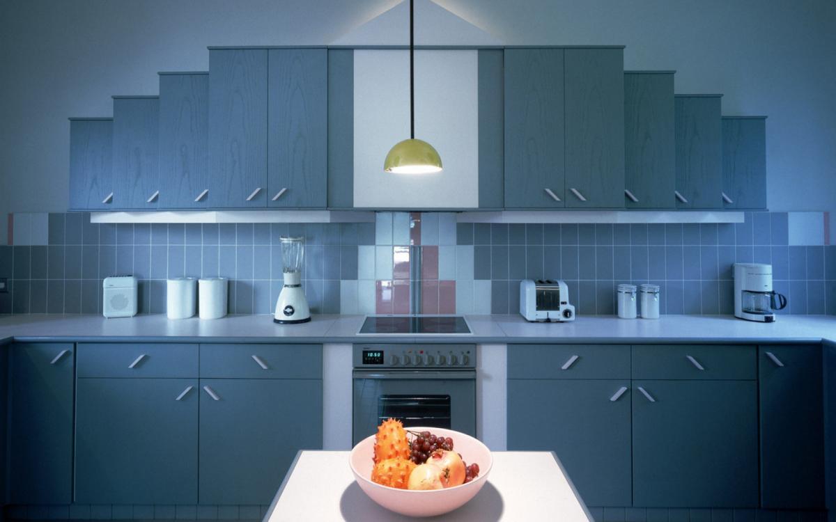 Необычный дизайн бело-голубой кухни