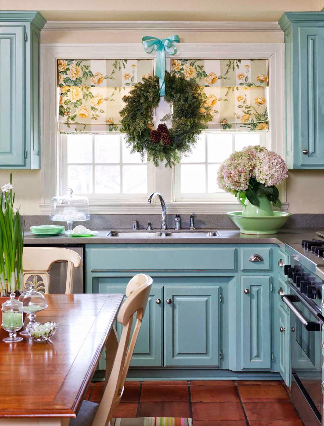 Бежевые стены и голубой гарнитур на кухне