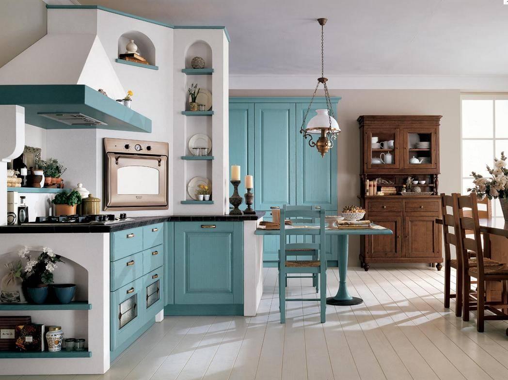 Бело-голубая кухня с коричневой мебелью