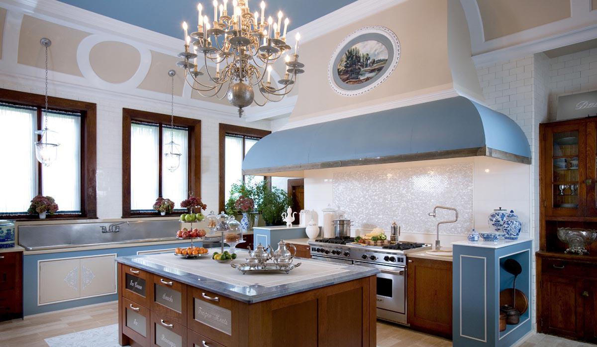 Сочетание голубого, бежевого, белого и коричневого цветов на кухне с островом