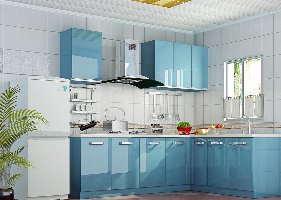 Небольшой бело-голубой угловой гарнитур на кухне