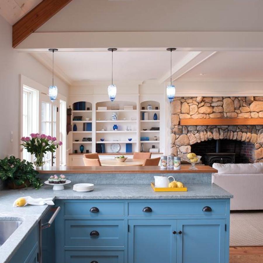 Бежевые стены и потолок в кухне-гостиной с голубым гарнитуром