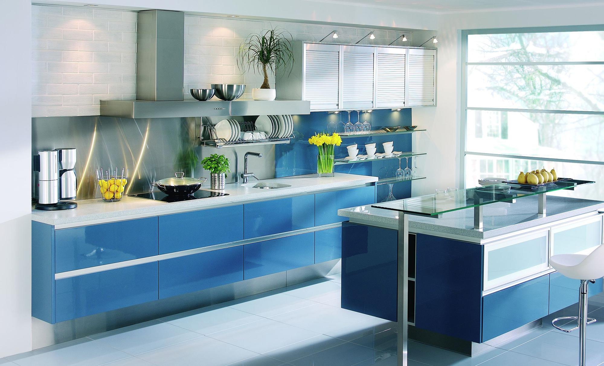 Современная бело-голубая кухня с островом-барной стойкой