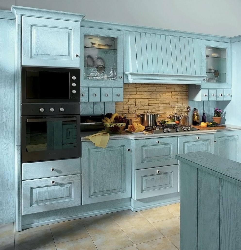 Бежевый фартук и плитка и голубой гарнитур на кухне
