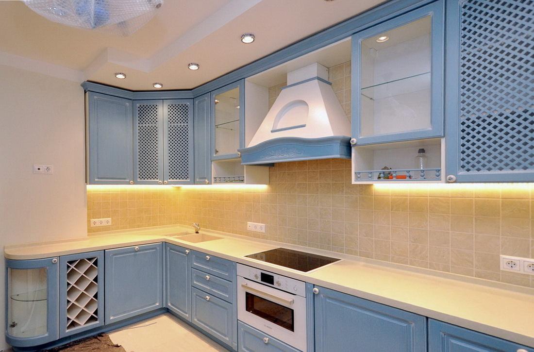 Бежево-голубой угловой кухонный гарнитур