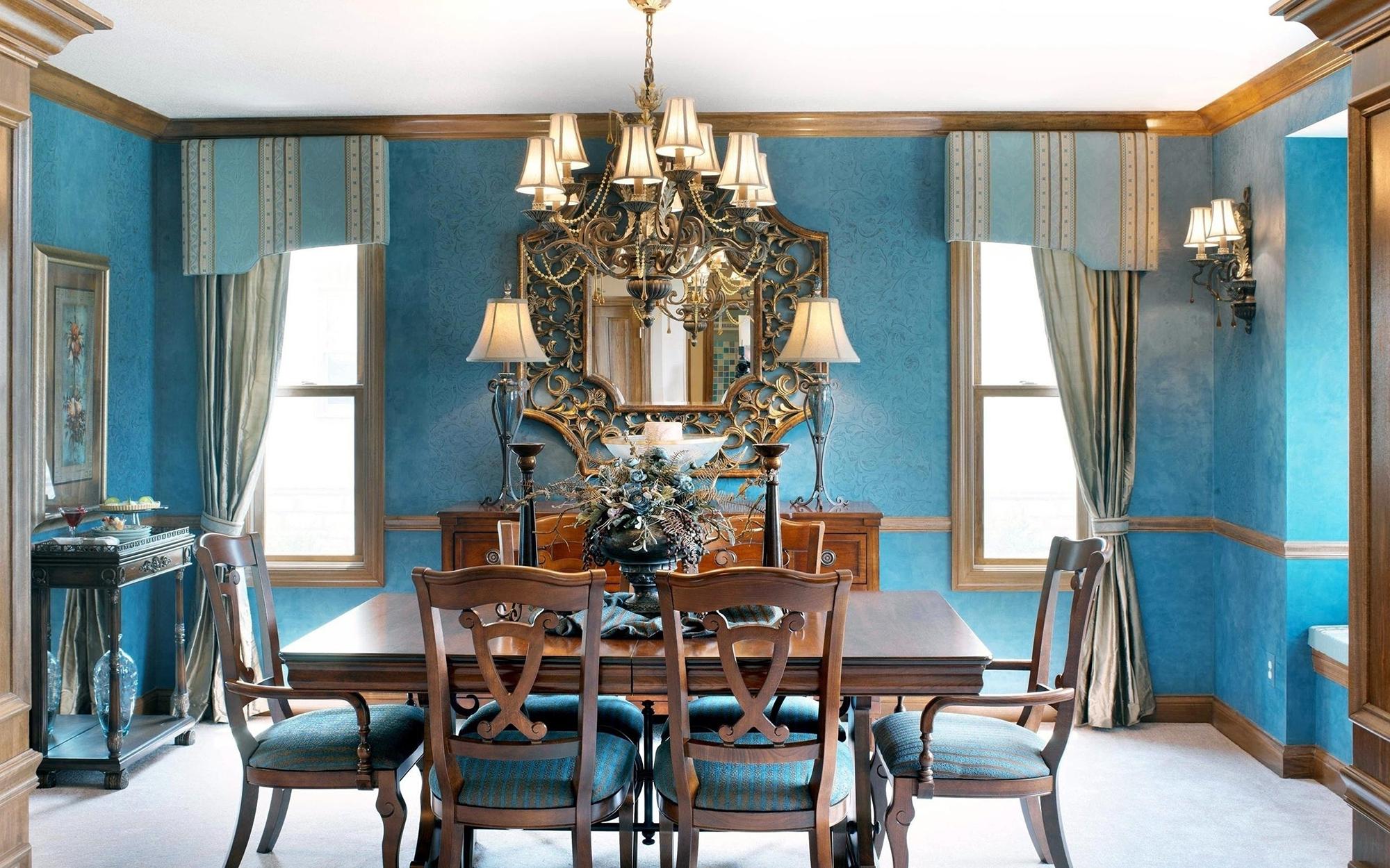 Яркие голубые стены в столовой