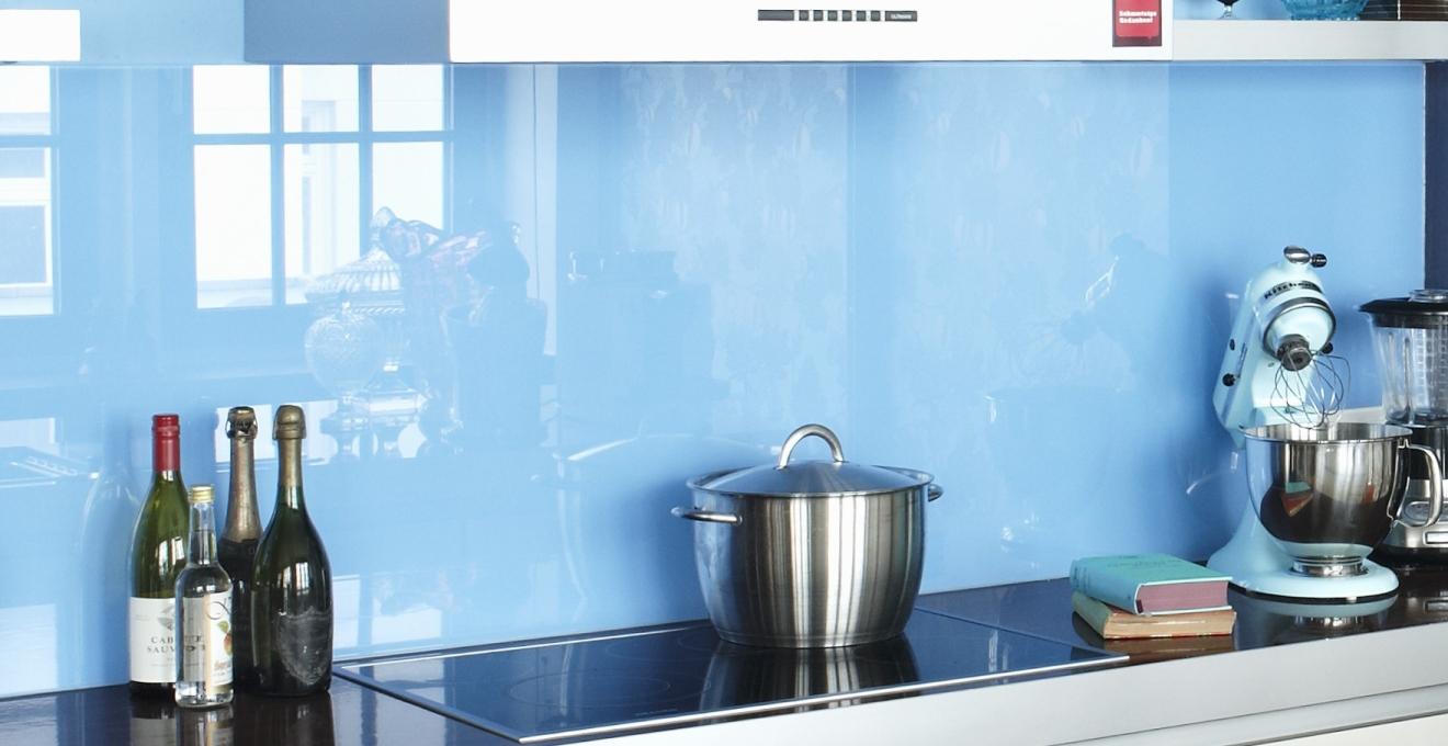 Голубой фартук на кухне
