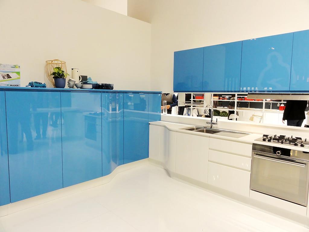 Стильная бело-голубая глянцевая кухня