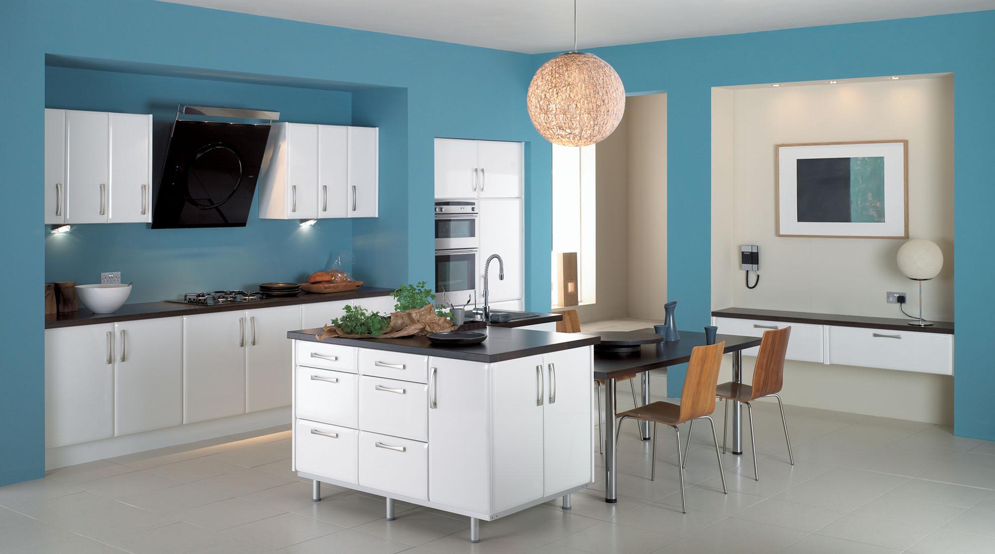 Голубой, белый и черный цвета на кухне