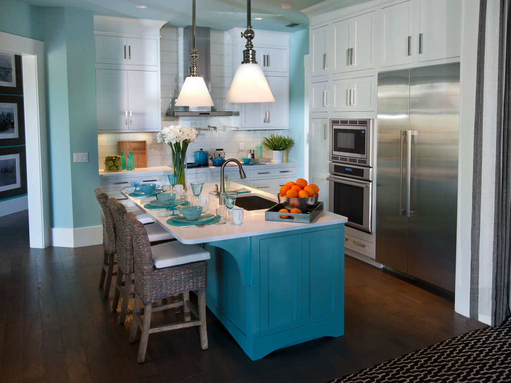 Белый, голубой и коричневый цвета в интерьере кухни с островом