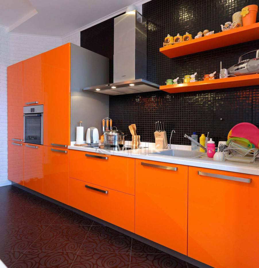 Черный фартук в оранжево-белой кухне