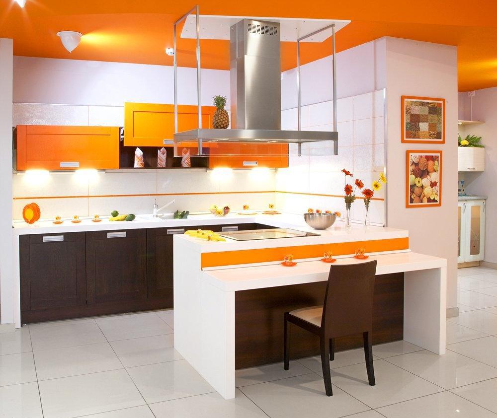 Оранжевый, белый и коричневый цвета в интерьере кухни с полуостровом