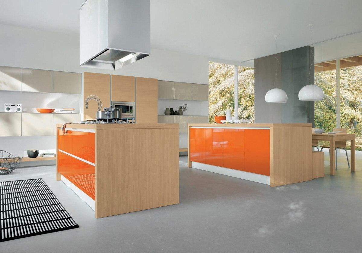 Бежевый, оранжевый и серый цвета в интерьере просторной кухни