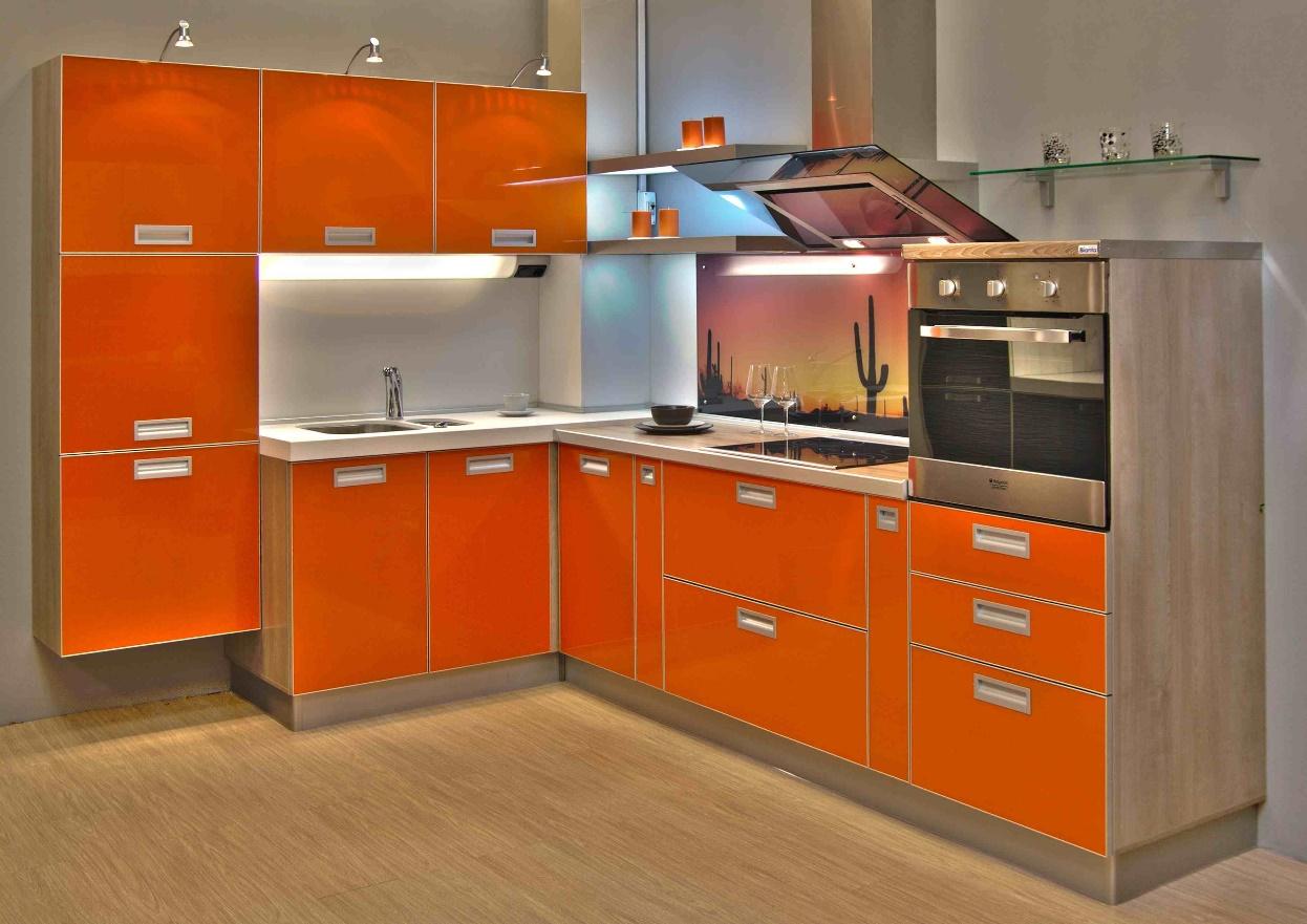 Угловой оранжевый гарнитур на кухне