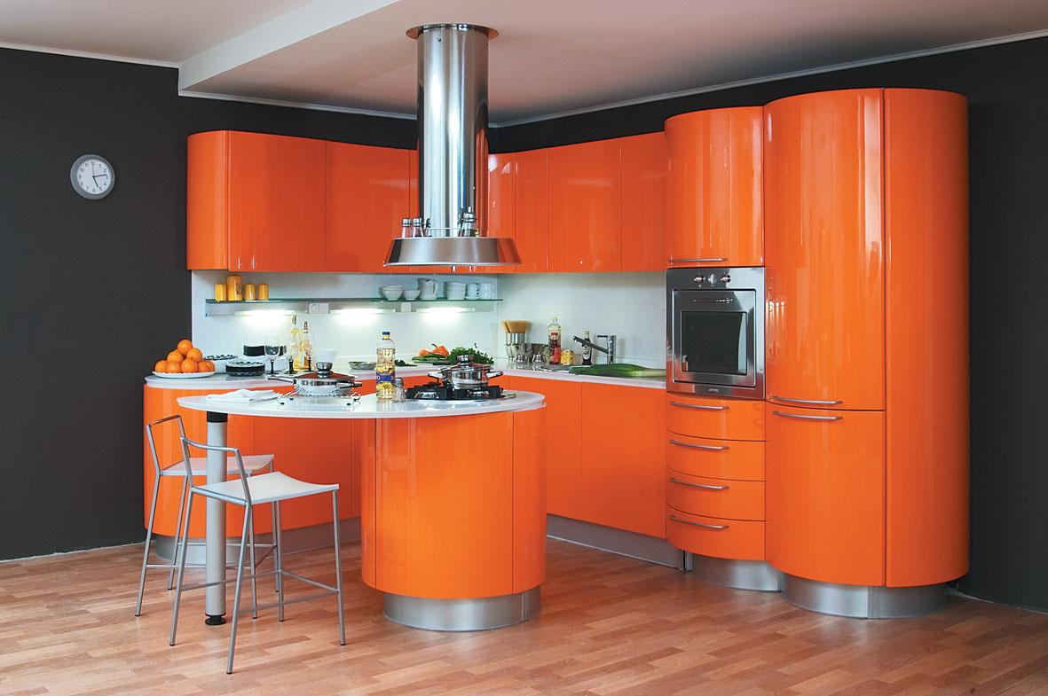 Оранжево-белый гарнитур на кухне с черными стенами