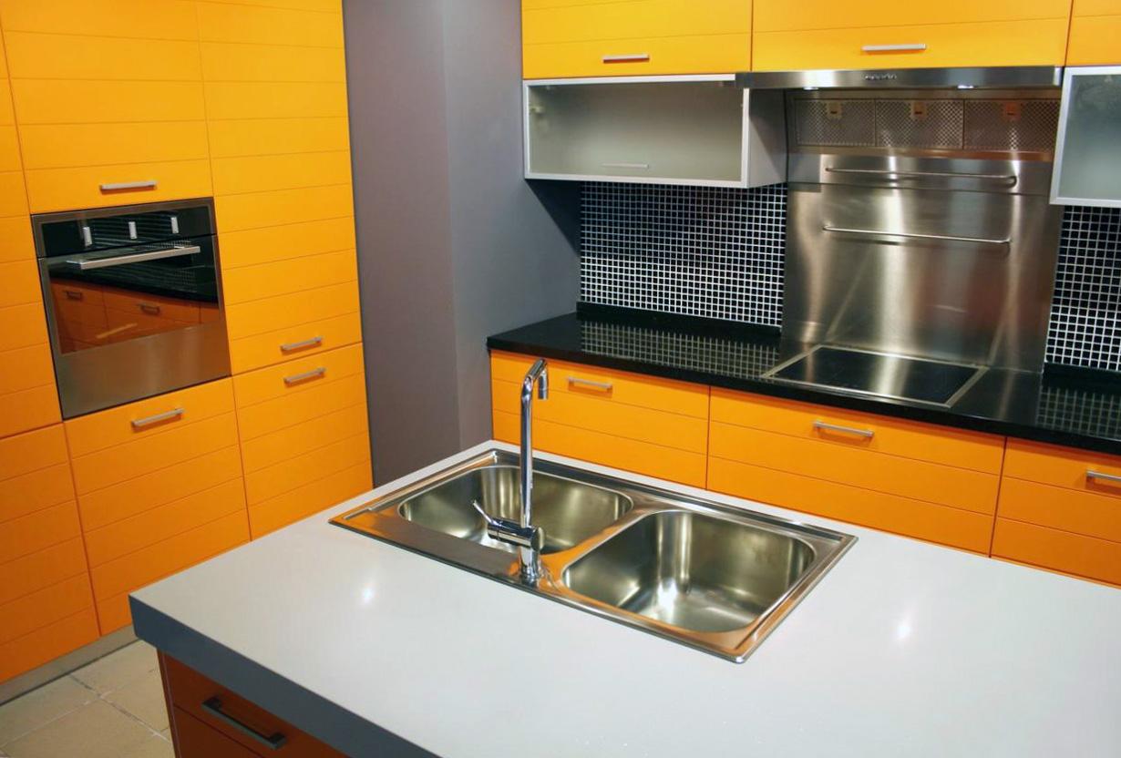 Сочетание оранжевого, черного и белого цветов в интерьере кухни