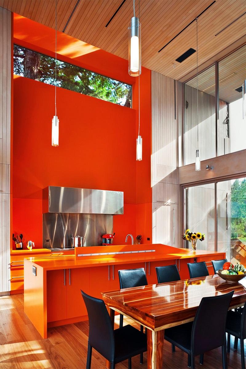 Яркая оранжевая стена и мебель на кухне