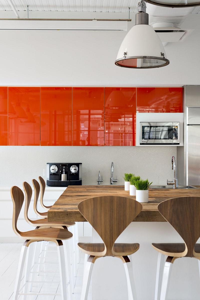 Оранжево-белая кухня с коричневым обеденным столом и стульями