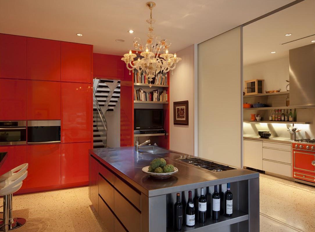 Классическая люстра в оранжевой кухне с островом