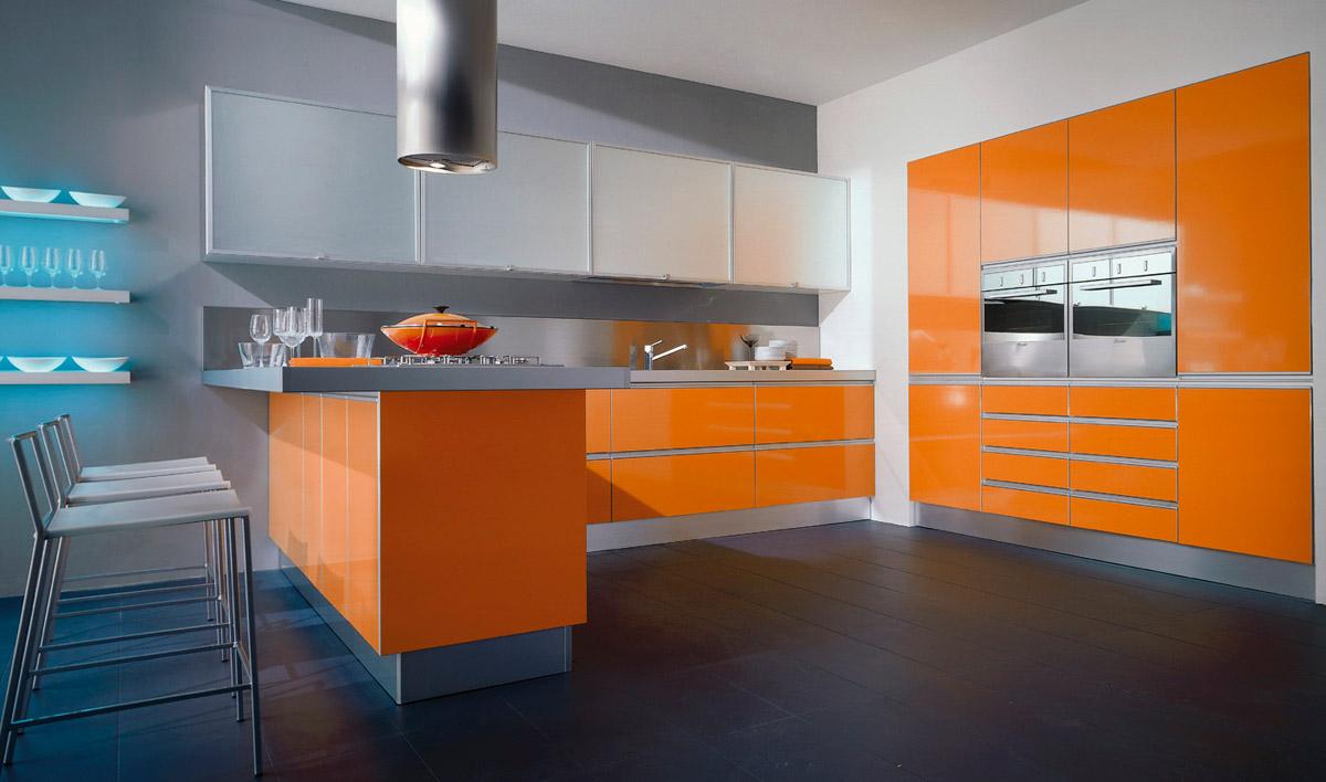 Серый, оранжевый, черный и белый цвета в интерьере кухни