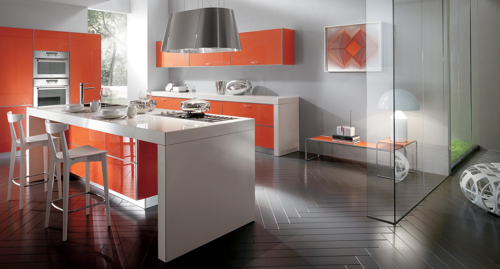 Серо-оранжевый интерьер кухни с островом