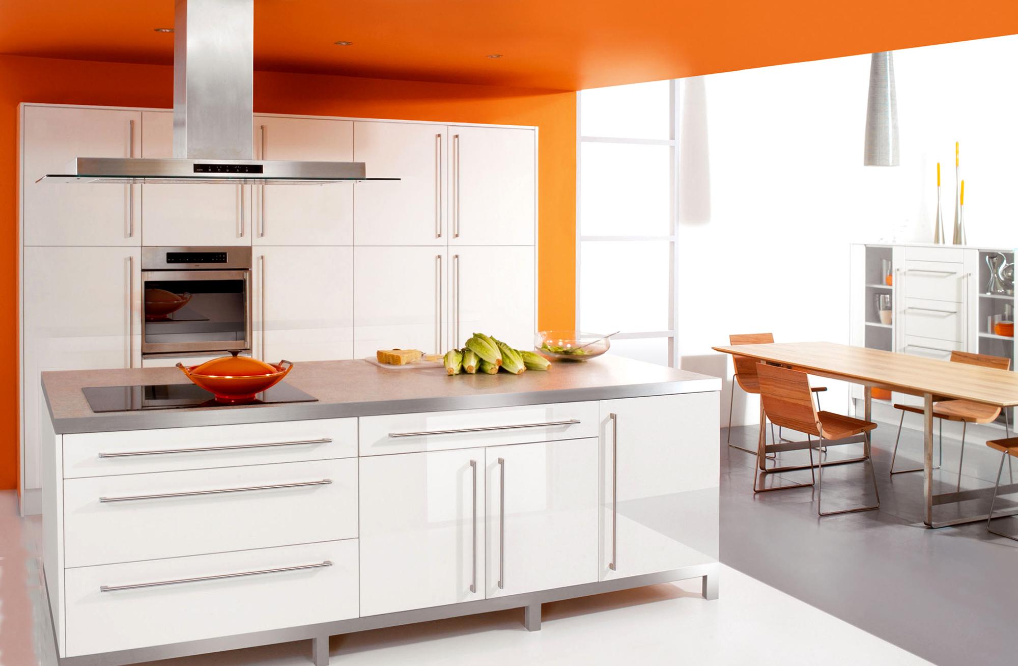 Бело-оранжевая стильная кухня