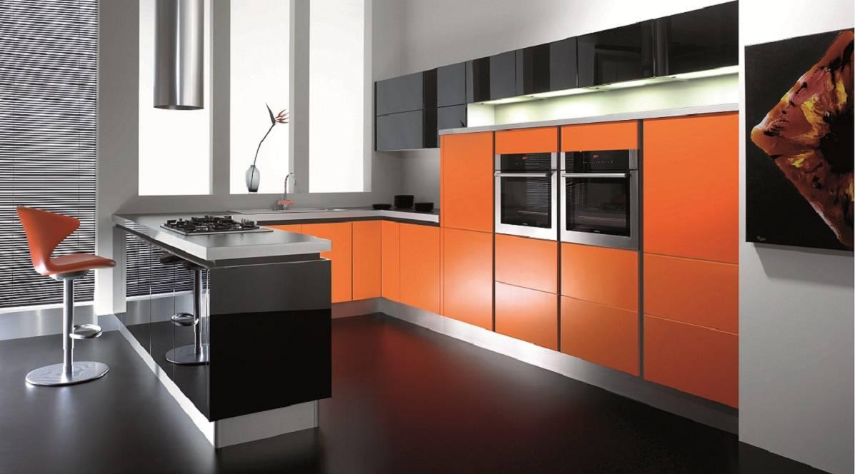 Оранжевый, черный и белый цвета в оранжевой кухне