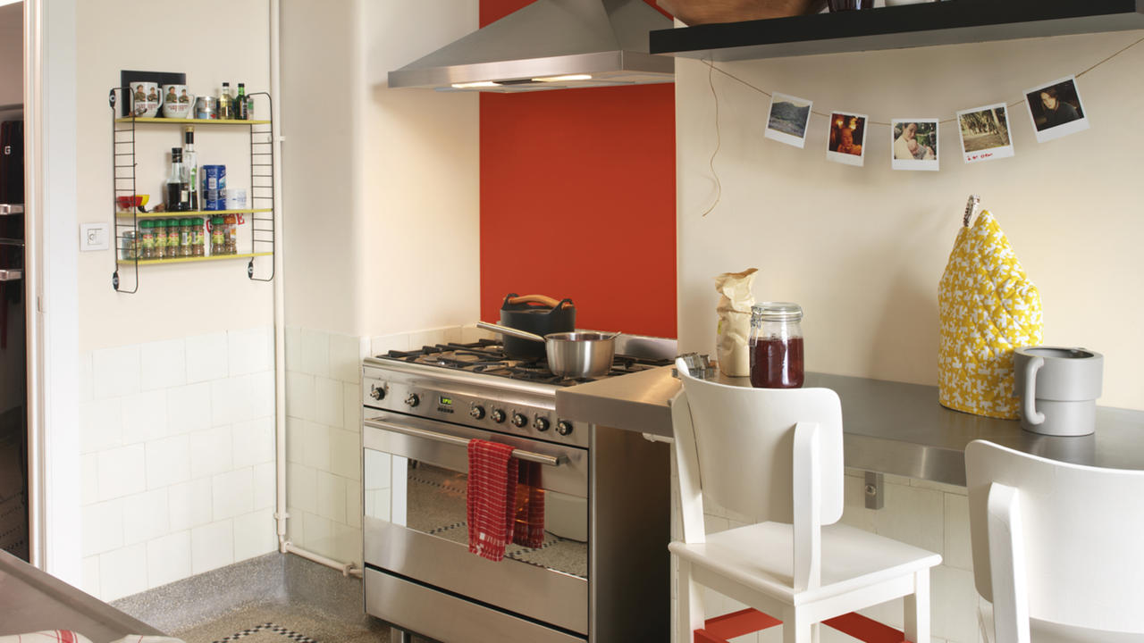 Маленькая бело-оранжевая кухня