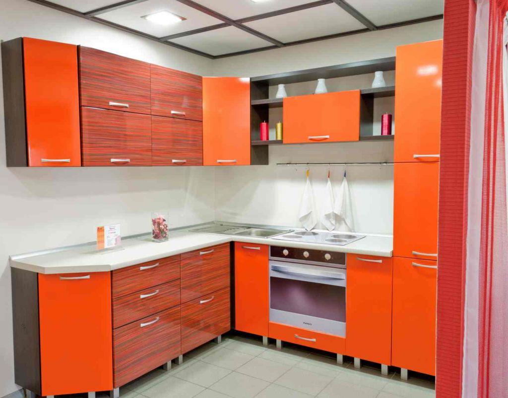 Оранжево-красный гарнитур на кухне