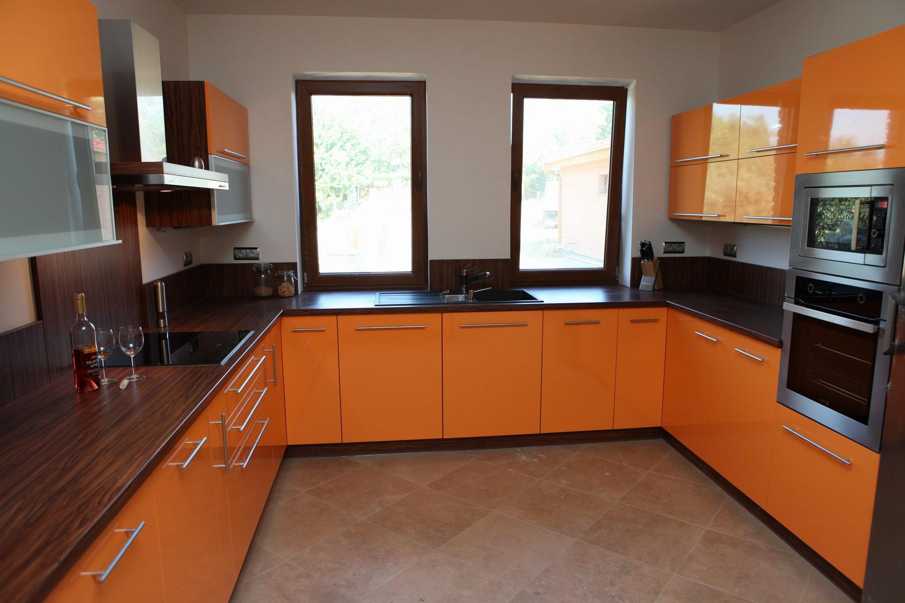П-образная оранжево-черная кухня