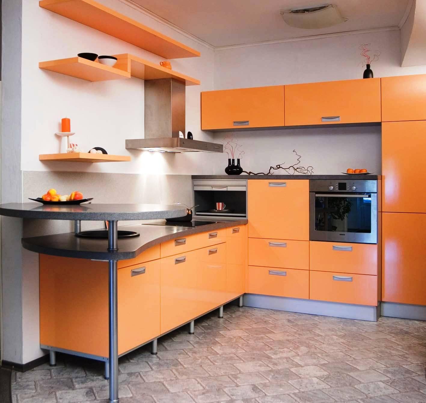 Черные акценты в бело-оранжевой кухне