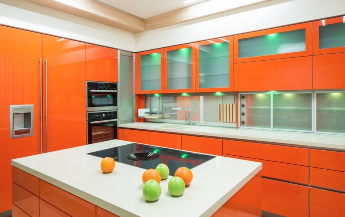 Оранжево-белая кухня с островом